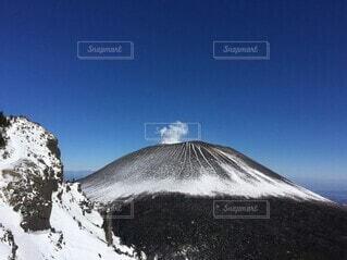 雪を被った浅間山と青空の写真・画像素材[4144061]
