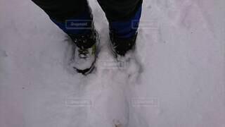 雪に埋まる足元の写真・画像素材[4196450]