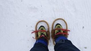 雪の山で藤のワカンを履いた足元の写真・画像素材[4196491]