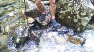 川を渡渉する足元の写真・画像素材[4196666]
