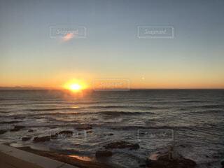 自然,海,空,屋外,太陽,朝日,ビーチ,雲,夕暮れ,水面,海岸,正月,お正月,地平線,日の出,新年,初日の出