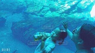 水中と光と家族の写真・画像素材[4095453]