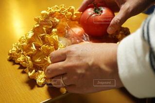 エコバッグからトマトを出している女性の写真・画像素材[4376881]