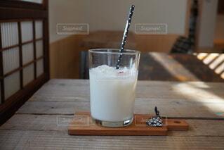 木製のテーブルの上にのっているドリンクの写真・画像素材[4584203]