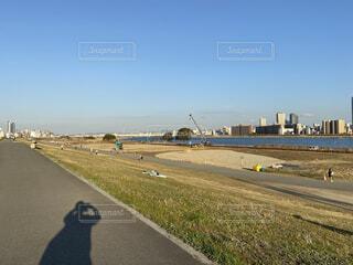 河川敷を歩きながら風景の写真をの写真・画像素材[4244986]