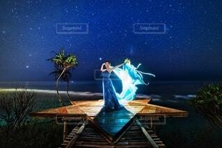 星空の下でベールを持つドレス姿の女性の写真・画像素材[4135626]
