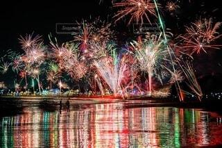 海辺の花火の写真・画像素材[4135652]
