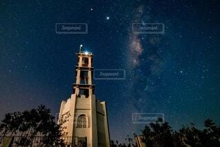 天の川と灯台の写真・画像素材[4135666]