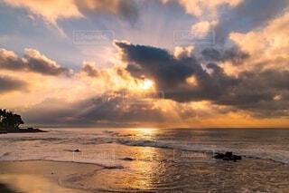 水の体に沈む夕日の写真・画像素材[4150178]