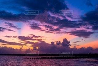 水の体に沈む夕日の写真・画像素材[4150190]