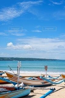 砂浜の上に座っているボートの写真・画像素材[4150250]