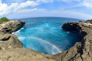 水域の真ん中にある岩の島の写真・画像素材[4150256]