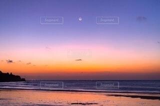 ビーチに沈む夕日の写真・画像素材[4150260]