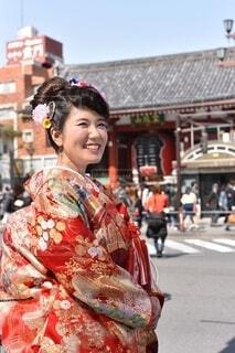 浅草雷門の前に立つ着物姿の花嫁の写真・画像素材[4157370]
