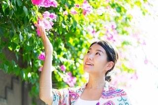 花を持っている人の写真・画像素材[4157375]