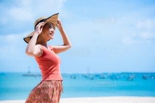 ビーチに立っている女性の写真・画像素材[4159842]