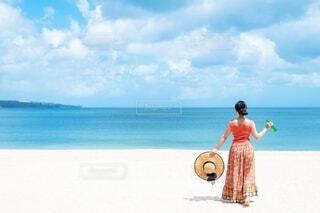 水域の近くのビーチに立っている人の写真・画像素材[4159850]