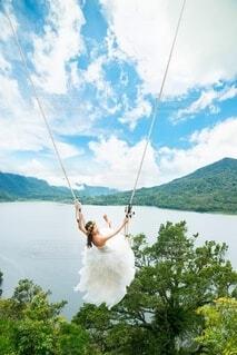 ブランコに乗る花嫁の写真・画像素材[4159851]