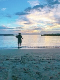 自然,海,空,屋外,湖,ビーチ,雲,後ろ姿,砂浜,水面,人物,人,海と人