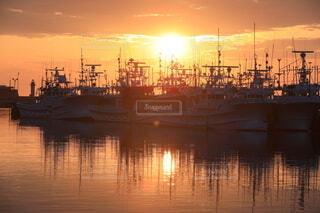 空,屋外,太陽,朝日,船,水面,北海道,朝焼け,日の出,朝陽,知床,漁船,漁港,オレンジ色,羅臼,インスタ映え,羅臼漁港,知床らうす