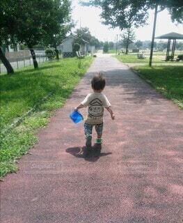 子ども,公園,屋外,散歩,人物,人,おもちゃ,地面,幼児,少年,冒険,遊び場