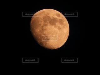 夜空に浮かぶ月の写真・画像素材[4115213]