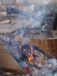 アウトドア,屋外,山,キャンプ,煙,暖炉,焚き火,斧,薪割り