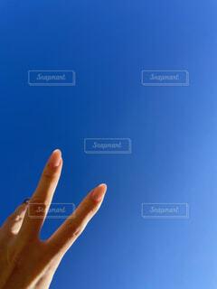 澄んだ青空へPeaceの写真・画像素材[4112013]