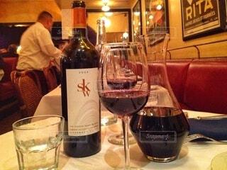 屋内,ガラス,ワイン,グラス,レストラン,ドリンク,ワイングラス,アルコール飲料,バー用の器物,ワイン ボトル
