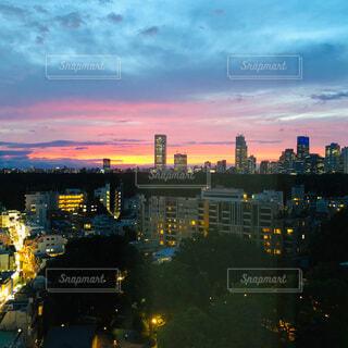 日没時の都会の眺めの写真・画像素材[4112800]