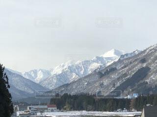雪に覆われた山の眺めの写真・画像素材[4113027]