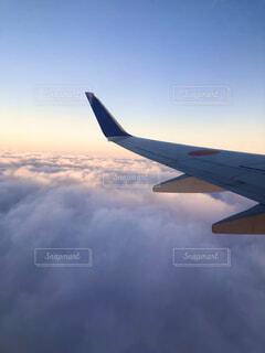 風景,空,夕日,屋外,雲,夕焼け,飛行機,窓,飛ぶ,景色,旅,雲海,羽,翼,航空機,雲の上,くもり,飛行,フライト,旅客機,空の旅,航空,ジェット