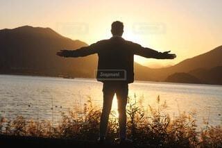 男性,自然,風景,空,屋外,湖,太陽,ビーチ,夕暮れ,水面,シルエット,人物,人,立つ