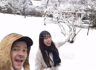 風景,冬,カップル,雪,屋外,人物,人,笑顔,ハイキング,ロングコート,ジャケット,国際カップル,人間の顔