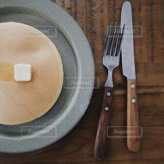 ホットケーキとナイフとフォークの写真・画像素材[4145752]