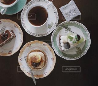 食べ物,カフェ,ケーキ,コーヒー,デザート,テーブル,皿,リラックス,食器,カップ,紅茶,おうちカフェ,ドリンク,おうち,ライフスタイル,食器類,コーヒー カップ,おうち時間