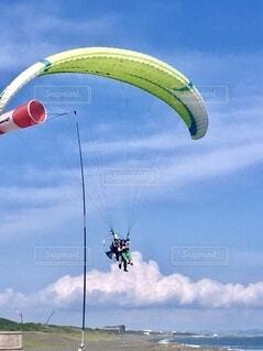 アウトドア,空,屋外,雲,青空,大空,飛ぶ,風船,パラグライダー,パラシュート,冒険,カイト,熱気球,エクストリームスポーツ,レクリエーション,空飛ぶ,スポーツ用品,カイトスポーツ,ウィンドスポーツ,エアスポーツ