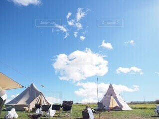 空,屋外,雲,草,家,テント,景観