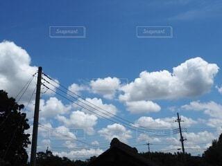 青空に浮かぶもくもくの白い雲の写真・画像素材[4115658]