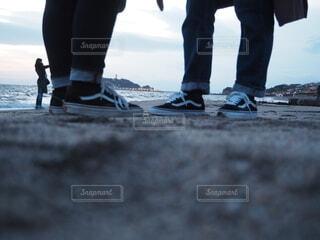 海,靴,屋外,砂浜,ジーンズ,影,人物,人,立つ,江ノ島,スニーカー,VANS,足下,履物,ズボン,エモい