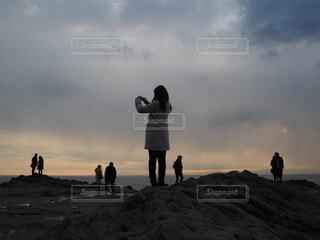 犬,空,屋外,ビーチ,雲,夕暮れ,人物,人,ハイキング,夕暮れ時