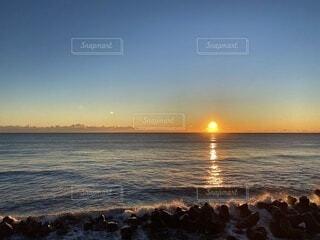 自然,海,空,屋外,湖,太陽,ビーチ,雲,砂浜,夕暮れ,水面,人物,人,日の出,初日の出