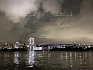 空,夜,橋,屋外,湖,雲,船,川,水面,都会,高層ビル
