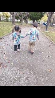 子ども,風景,屋外,少女,人物,人,地面,少年,若い,遊び場,履物,少し