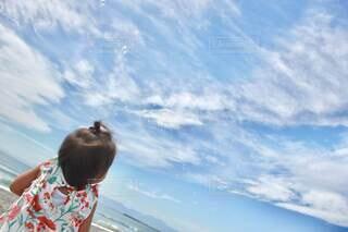 子ども,海,空,屋外,白,ビーチ,雲,青,後ろ姿,子供,シャボン玉,人物,人,娘,しゃぼんだま,しゃぼん玉