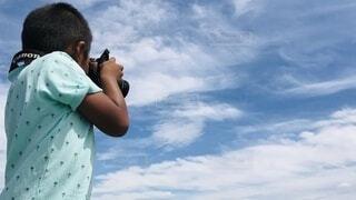 子ども,空,カメラ,キッズ,屋外,雲,青,撮影,子供,人物,人,立つ,kids,カメラマン,日中,夢中,集中