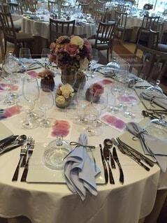 花,屋内,花瓶,フォーク,テーブル,皿,食器,グラス,ダイニング,目玉,テーブルクロス,シャンパングラス,大皿,ワイングラス