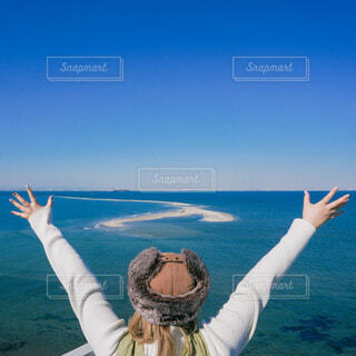 展望台で海に手を広げる女子の写真・画像素材[4125858]