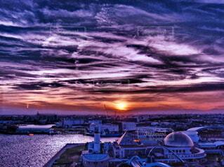 港に沈む夕日の写真・画像素材[4235246]