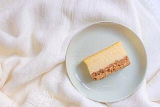 布の上の、皿の上の、チーズケーキの写真・画像素材[4157750]